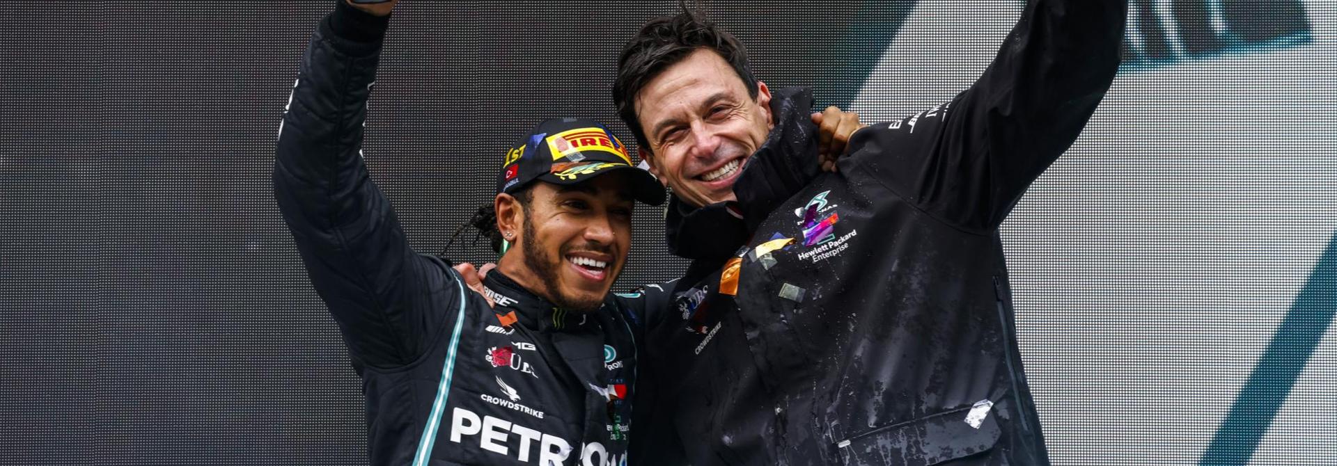 Nhà vô địch Hamilton ở lại với đội đua F1 Mercedes-AMG