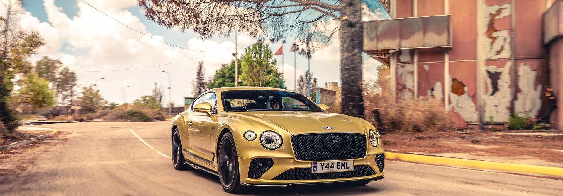 """Bentley Continental GT Speed 2022 ra mắt tại """"sân khấu"""" là căn cứ quân sự bỏ hoang"""