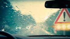 Kinh nghiệm cần biết cho tài xế khi bất ngờ lái xe gặp mưa dông lớn
