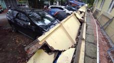 Bị tường đổ vào xe, chủ xe sẽ được bảo hiểm đền ra sao?