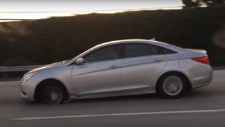 Tài xế vô tư lái Hyundai Sonata nổ lốp trên cao tốc