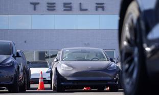 Xe Tesla tự chạy dù ghế tài xế không có người ngồi