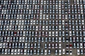 Hàng nghìn ô tô vật vờ ngoài biển, thị trường Mỹ khó lại càng khó