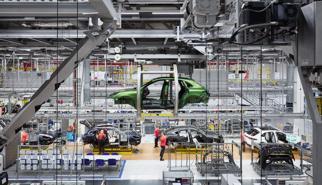 Khách hàng đặt Porsche 911 và 718 được theo dõi quy trình sản xuất