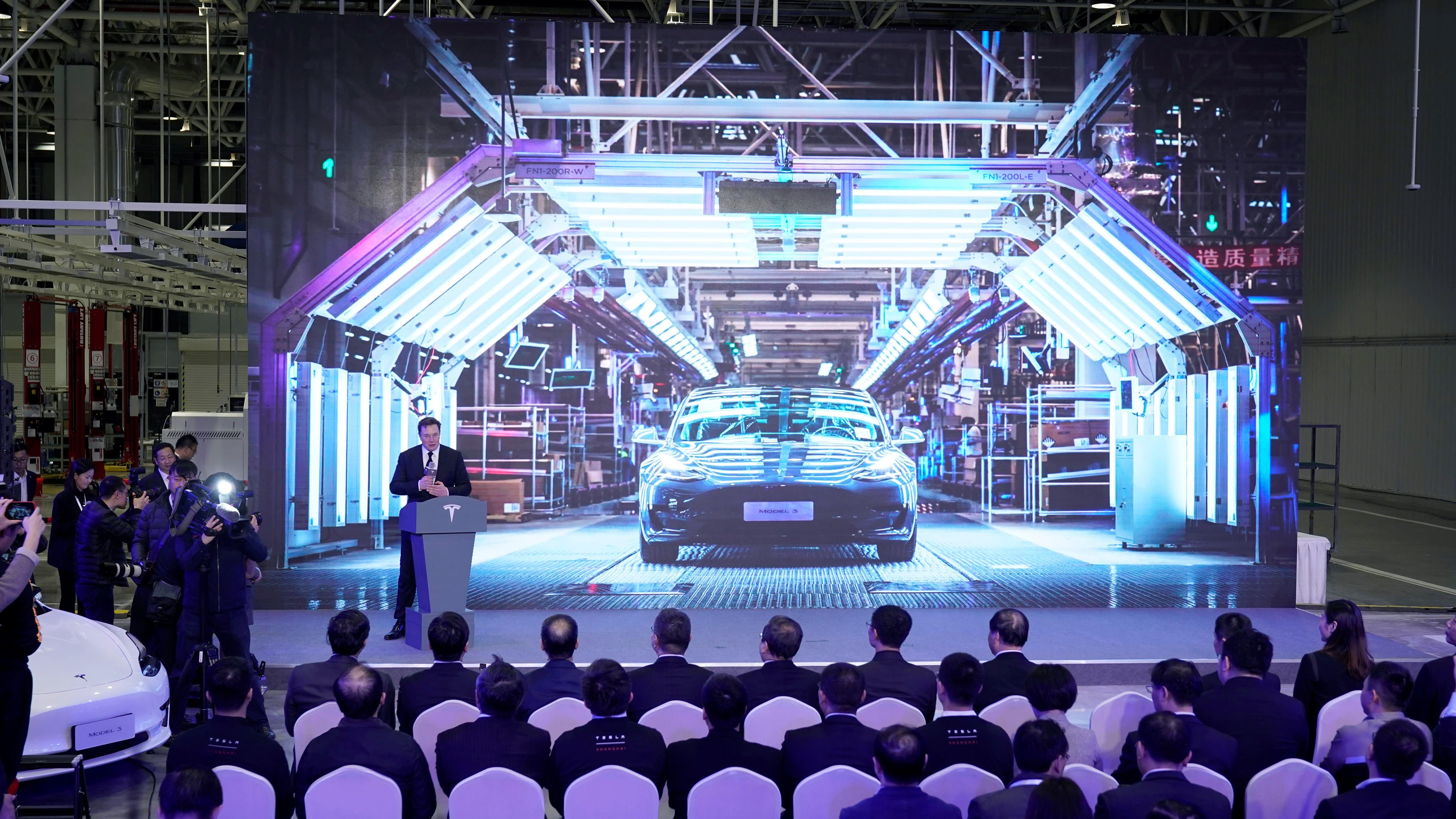 Model 3, mẫu xe điện bán chạy nhất của Tesla, ra mắt vào giữa năm 2017