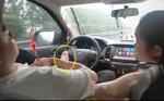 Tài xế lái xe bằng… một chân trên cao tốc