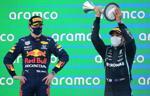 """Chặng 4 F1: Chiêu gì đã giúp Hamilton """"đả bại"""" Verstappen?"""