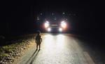 """Tài xế """"hú hồn"""" khi phát hiện em bé xuất hiện trên đường trong đêm"""
