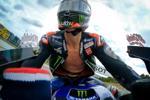 Tay đua MotoGP không mặc áo giáp khi chạy ở vận tốc hơn 300 km/h