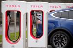 """Mặc chuyện Bill Gates mua xe điện Porsche, cổ phiếu Tesla vẫn tăng """"nóng"""""""