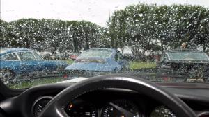 Lái xe trời mưa bão cần chú ý điều gì?