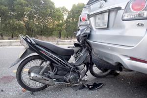 Xe máy đâm vào ô tô đỗ, chủ ô tô vẫn phải bồi thường?