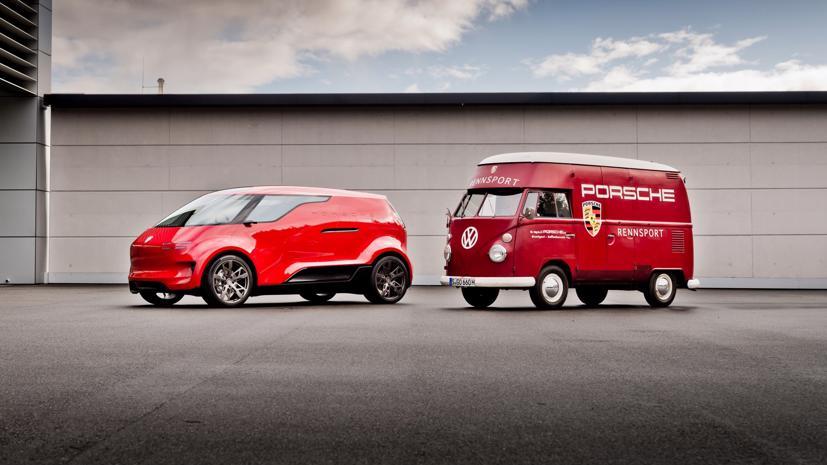 Porsche trưng bày chiếc xe van điện bên cạnh phiên bản xe buýt Volkswagen những năm 1960, mẫu xe đã mang lại cảm hứng thiết kế cho mẫu concept.