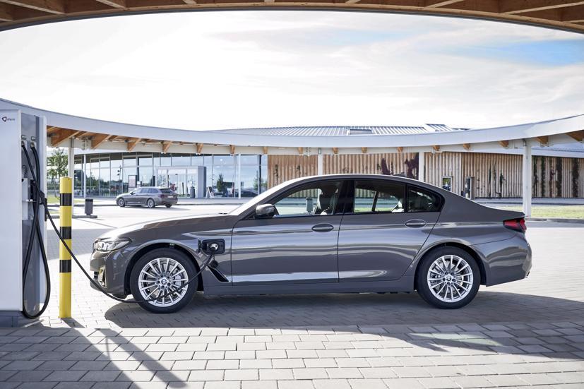 BMW 320e và 520e đời 2021 được ra mắt, giá từ 57.400 USD - Ảnh 1