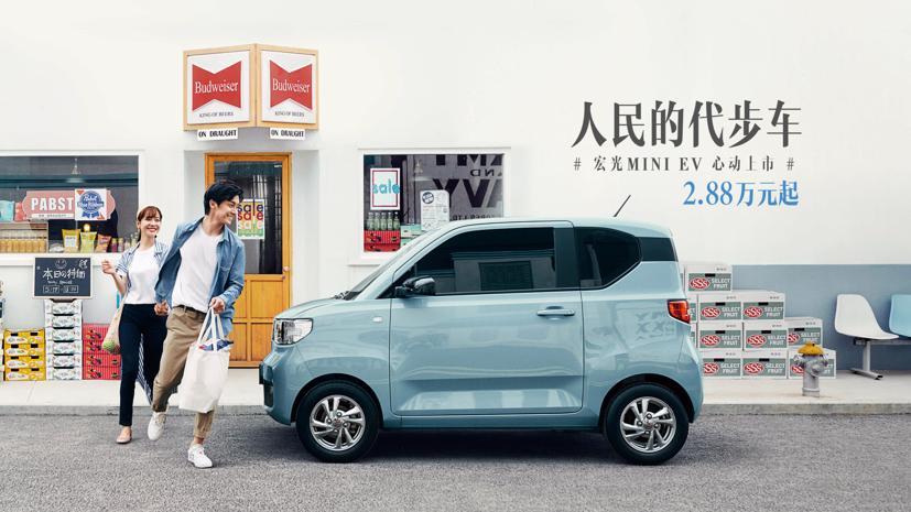 Chỉ với giá 4.500 USD (103 triệu đồng), mẫu xe điện mini Hong Guang hiện đang bán chạy hơn những chiếc xe hạng sang hơn của Tesla.