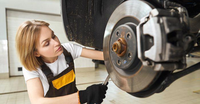 Xác định khi nào cần phải thay phanh ô tô rất quan trọng đến sự an toàn của chủ xe.
