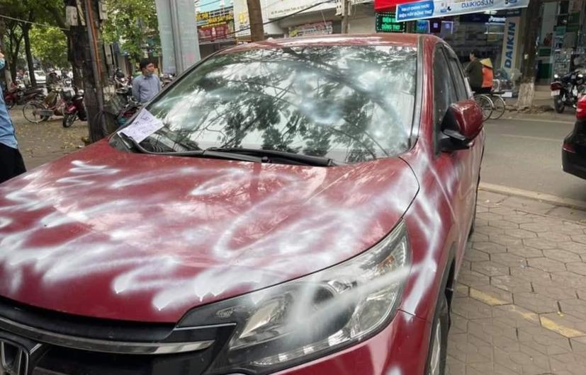 Hình ảnh chiếc ô tô bị xịt sơn ở Hải Phòng đang được lan truyền với tốc độ chóng mặt.