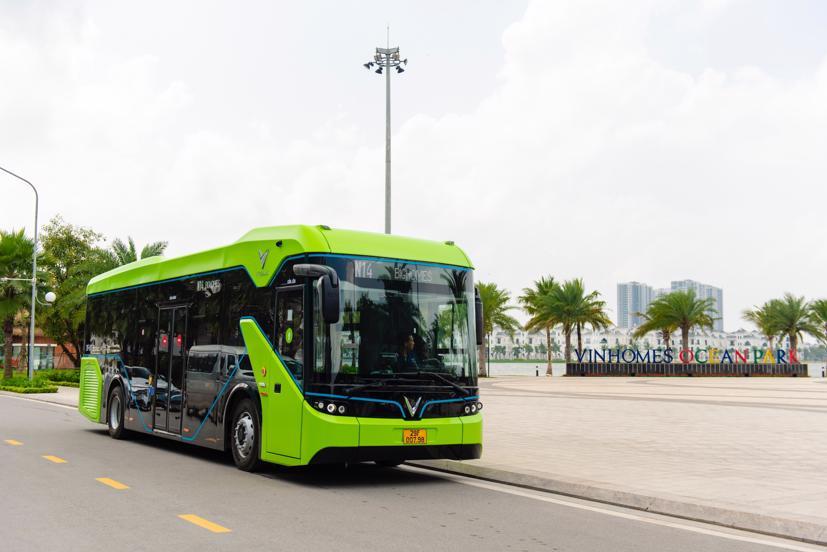 Sáng 8/4, tại Hà Nội, xe buýt điện VinBus đã chính thức vận hành. Công ty TNHH Dịch vụ vận tải VinBus đã khai trương và đưa vào vận hành tuyến xe buýt điện thông minh đầu tiên của Việt Nam.
