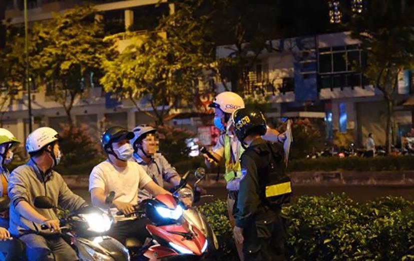 CSGT TP Hồ Chí Minh phối hợp lực lượng CSCĐ xử lý vi phạm. Ảnh: Cục CSGT.