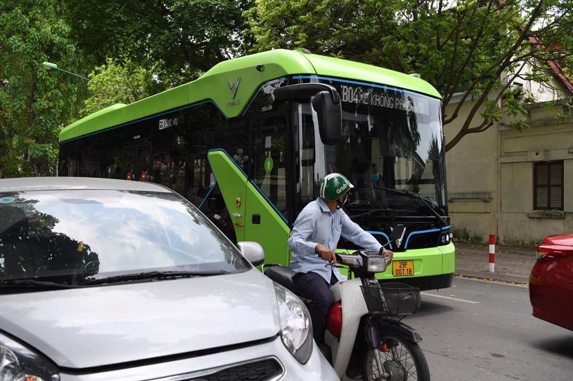 Xe buýt điện VinBus chạy thử nghiệm tại Hà Nội, không đón khách - Ảnh 3