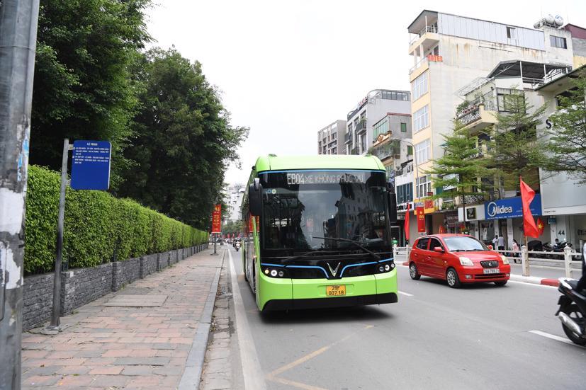 Xe buýt điện VinBus chạy thử nghiệm tại Hà Nội, không đón khách - Ảnh 2