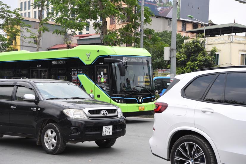 Xe buýt điện VinBus chạy thử nghiệm tại Hà Nội, không đón khách - Ảnh 1