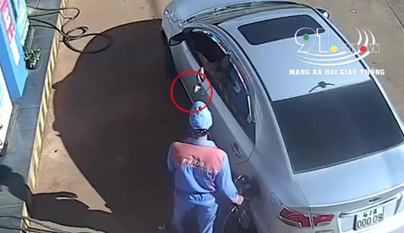 Hành động tài xế ngồi trên ô tô... vứt tiền xuống đất trả cho nhân viên bán xăng gây bức xúc.
