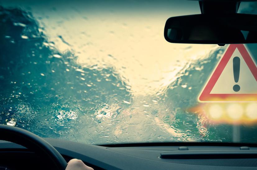 Kinh nghiệm cần biết cho tài xế khi bất ngờ lái xe gặp mưa dông lớn - Ảnh 1