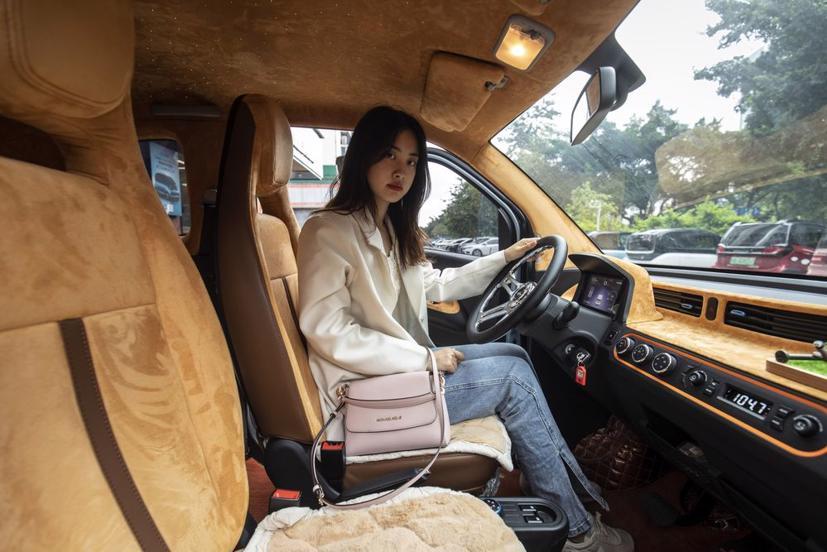 Zorah Zhang trên chiếc Hongguang Mini của mình. Ảnh: Qilai Shen / Bloomberg