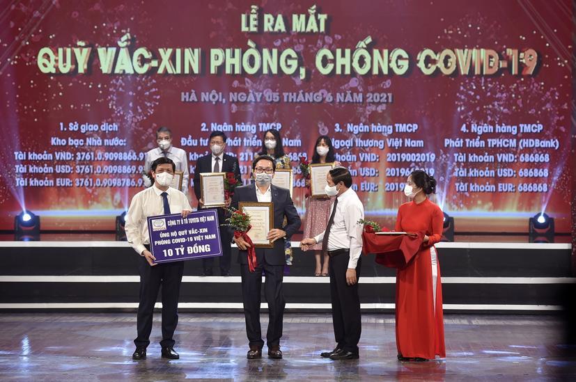 Thay mặt công ty, ông Phạm Thanh Tùng - Phó Tổng Giám đốc đã ủng hộ số tiền 10 tỷ đồng cho Quỹ.