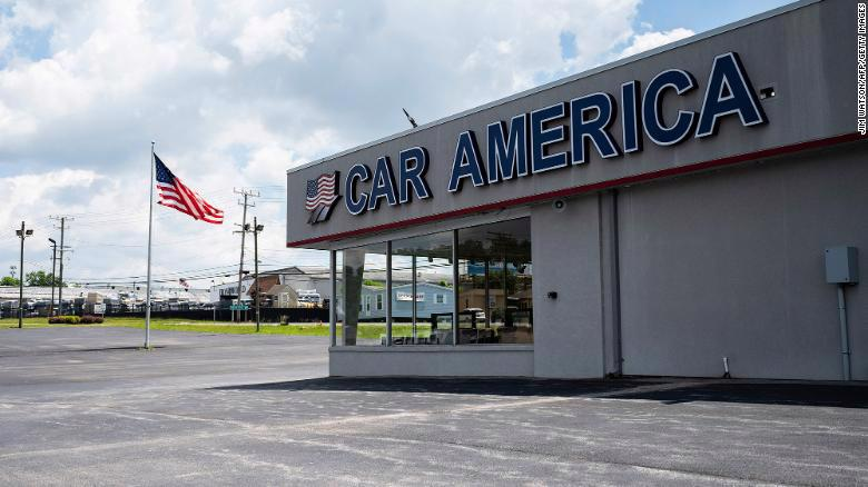 Một đại lý ô tô ở Mỹ không có xe để bán. Ảnh: CNN