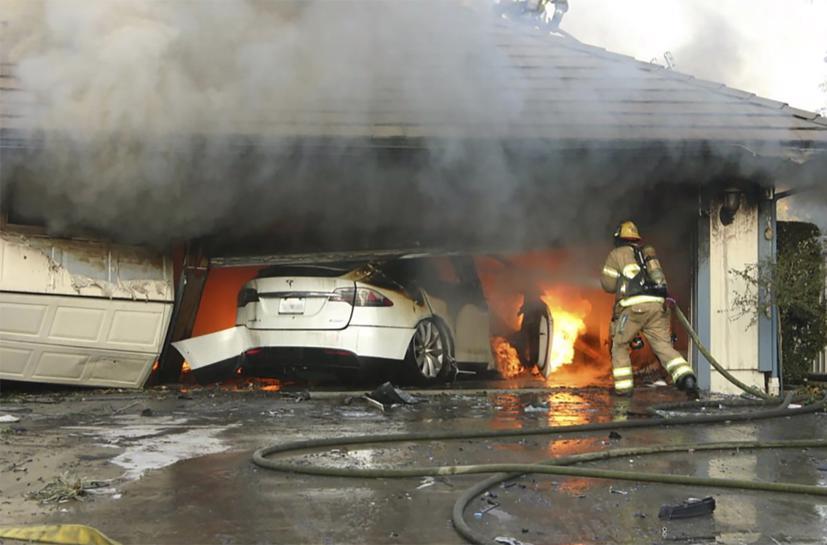 Những người lĩnh cứu hỏa đang xử lý vụ cháy xe điện Tesla hôm 25/8/2017