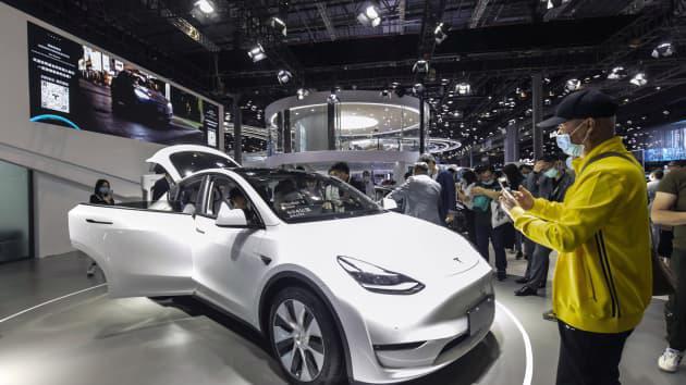 Khách tham quan ngắm nhìn chiếc xe điện Tesla Model Y do Trung Quốc sản xuất tại triển lãm Auto Shanghai 2021 ở Thượng Hải, Trung Quốc, vào ngày 27 tháng 4 năm 2021.