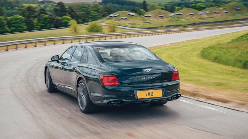 Bentley Flying Spur Hybrid 2022 hé lộ: Hiệu suất gần bằng động cơ V8 - Ảnh 2