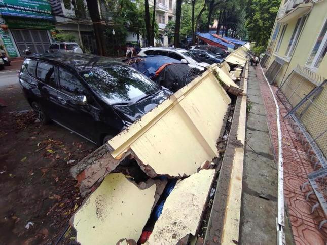 Bị tường đổ vào xe, chủ xe sẽ được bảo hiểm đền ra sao? - Ảnh 1
