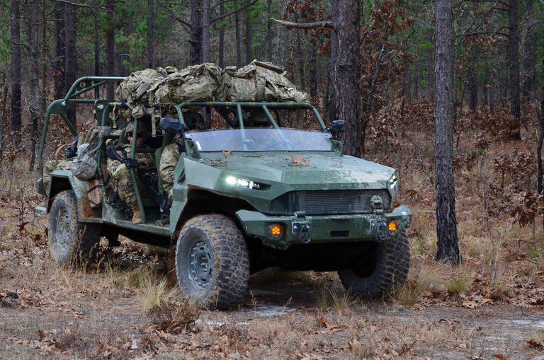 GM Defense, một đơn vị của General Motors, đã sản xuất phiên bản điện của xe Infantry Squad trong chỉ 3 tháng