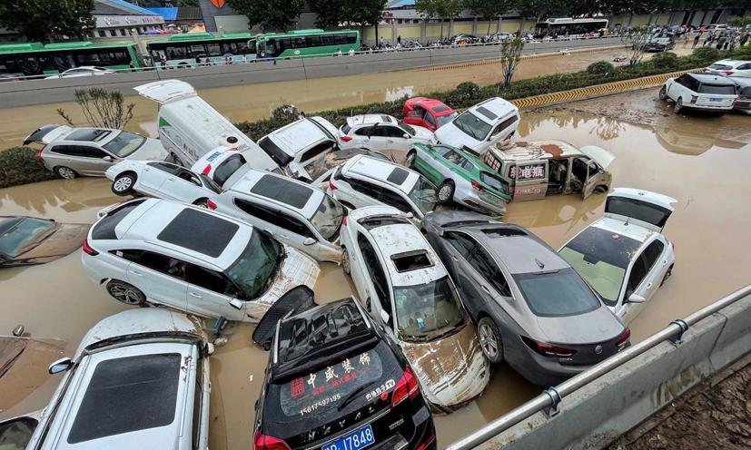 Hàng loạt ô tô ngập trong biển nước ở Trung Quốc - Ảnh 1
