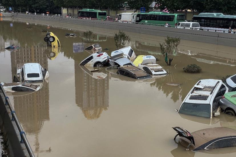 Hàng loạt ô tô ngập trong biển nước ở Trung Quốc - Ảnh 4