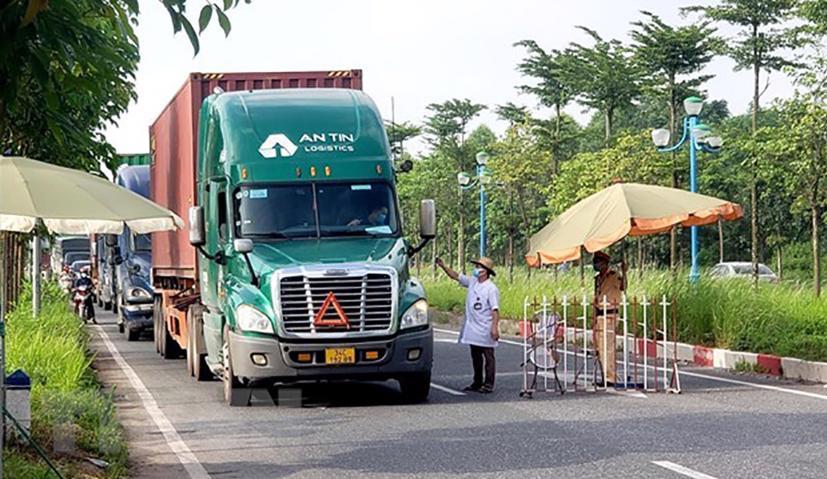 Chính phủ yêu cầu không kiểm tra xe chở hàng thiết yếu, lương thực phục vụ vùng có dịch COVID-19 - Ảnh 1