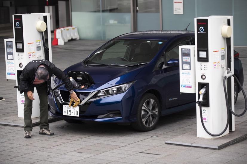 Một chiếc xe điện tại trạm sạc ở Yokohama, Nhật Bản. Ảnh: Keith Bedford / Bloomberg.