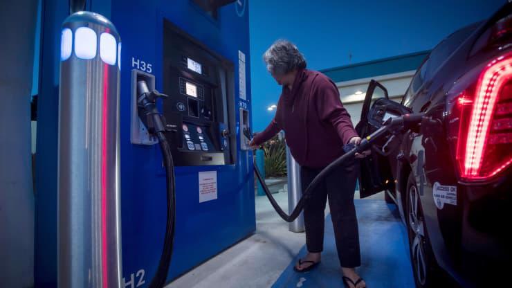 Một khách hàng đổ đầy hydro vào ô tô tại một trạm tiếp nhiên liệu TrueZero ở Mill Valley, California. Bang này đang chi hơn 2,5 tỷ USD trong quỹ năng lượng sạch để đẩy nhanh doanh số bán xe chạy bằng hydro và pin. Con số đó bao gồm 900 triệu USD dành để hoàn thành 200 trạm hydro và 250.000 trạm sạc vào năm 2025.