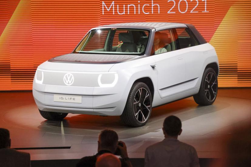Trong khi nhiều mẫu xe điện ra mắt tại triển lãm Munich thuộc phân khúc hạng sang, Volkswagen ID.LIFE là một mẫu xe điện cấp thấp, sẽ ra mắt vào năm 2025, với giá khoảng 23.600 USD