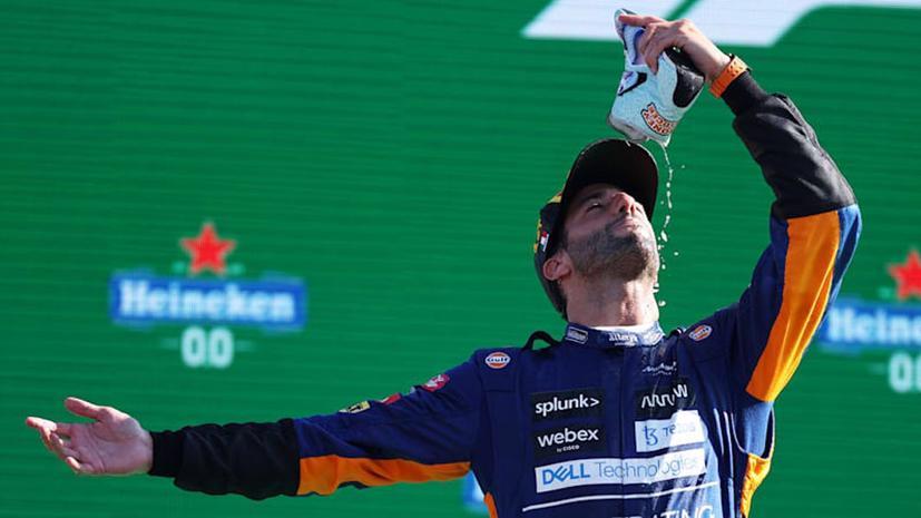 Daniel Ricciardo trên bục trao giải tại Italia GP.