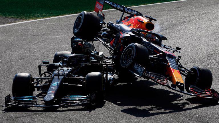 Bánh sau xe đua của Verstappen lao lên trên đầu xe đua Hamilton.