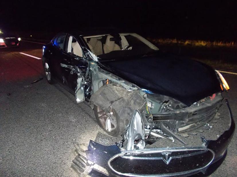 Chiếc Tesla Model S sau một vụ va chạm với xe cảnh sát.