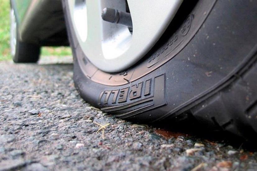 Kinh nghiệm kiểm tra lốp xe ô tô bị xì hơi - Ảnh 1