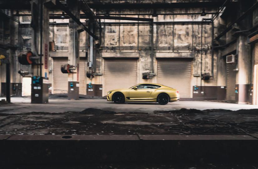 """Bentley Continental GT Speed 2022 ra mắt tại """"sân khấu"""" là căn cứ quân sự bỏ hoang  - Ảnh 4"""