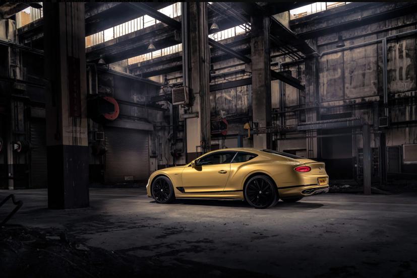 """Bentley Continental GT Speed 2022 ra mắt tại """"sân khấu"""" là căn cứ quân sự bỏ hoang  - Ảnh 3"""