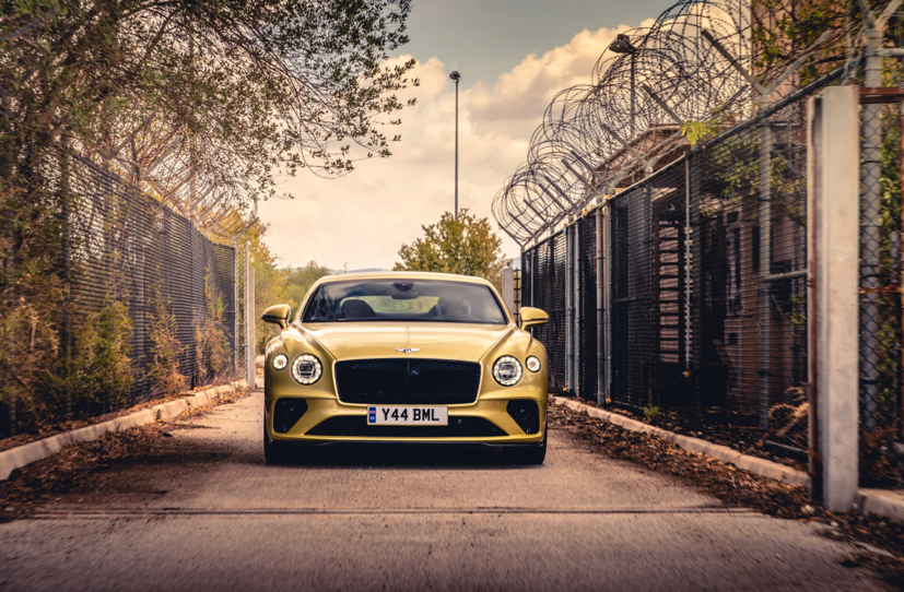 """Bentley Continental GT Speed 2022 ra mắt tại """"sân khấu"""" là căn cứ quân sự bỏ hoang  - Ảnh 2"""