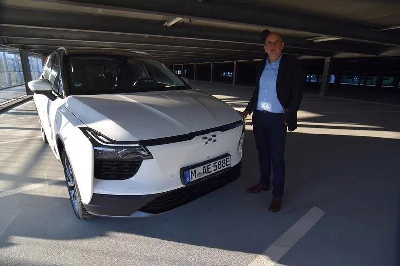 Phó chủ tịch điều hành Aiways Alexander Klose bên cạnh chiếc crossover chạy điện U5 của hãng tại Munich. Ảnh: Reuters.